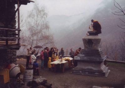 1990: Bau und Befüllung der Stupa
