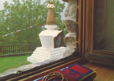Fensterbank mit Stupa im Hintergrund