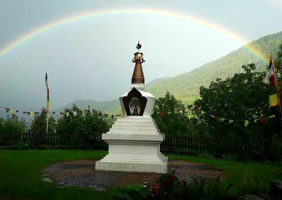 Stupaplatz-mit-Regenbogen