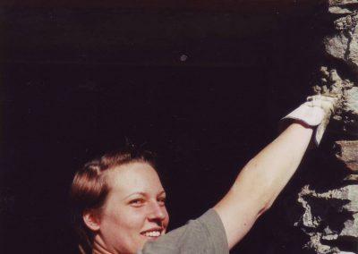 Dharmahausbau 1998 Leslie beim Fugenverputz